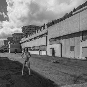 femme nue sur le thème de l'urbex
