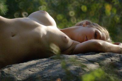Femme nue allongée dans les bois