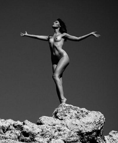 Pauline pose nue dans un décor minéral