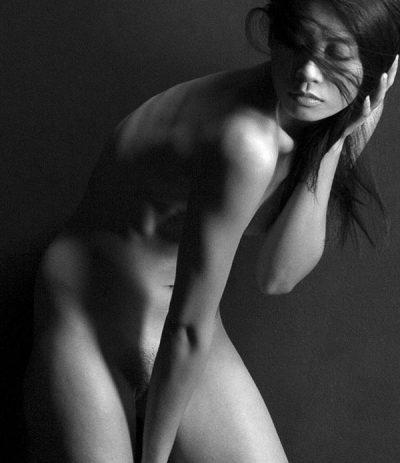 Jeune femme asiatique nue en noir et blanc