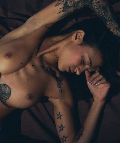 Tatouages sexy de la belle modèle sarde Klaudia Aziel