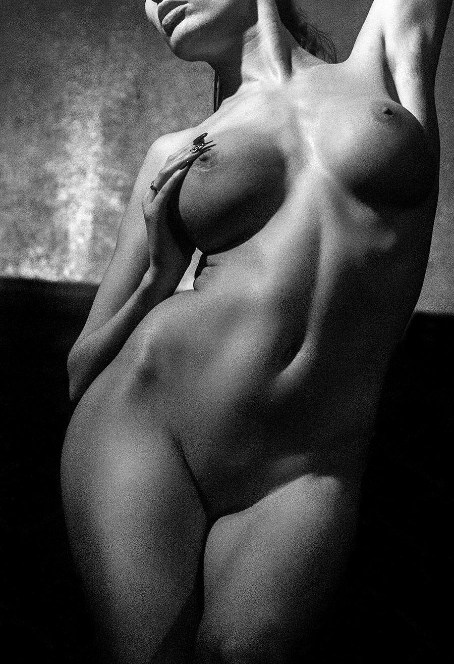 Femme nue en lumière naturelle
