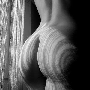 Femme nue de dos à la fenêtre