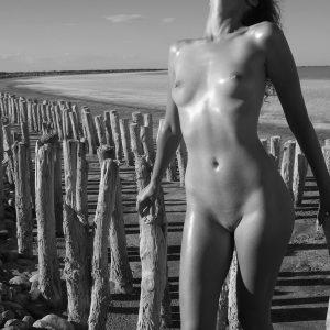 Jeune femme au bord de mer