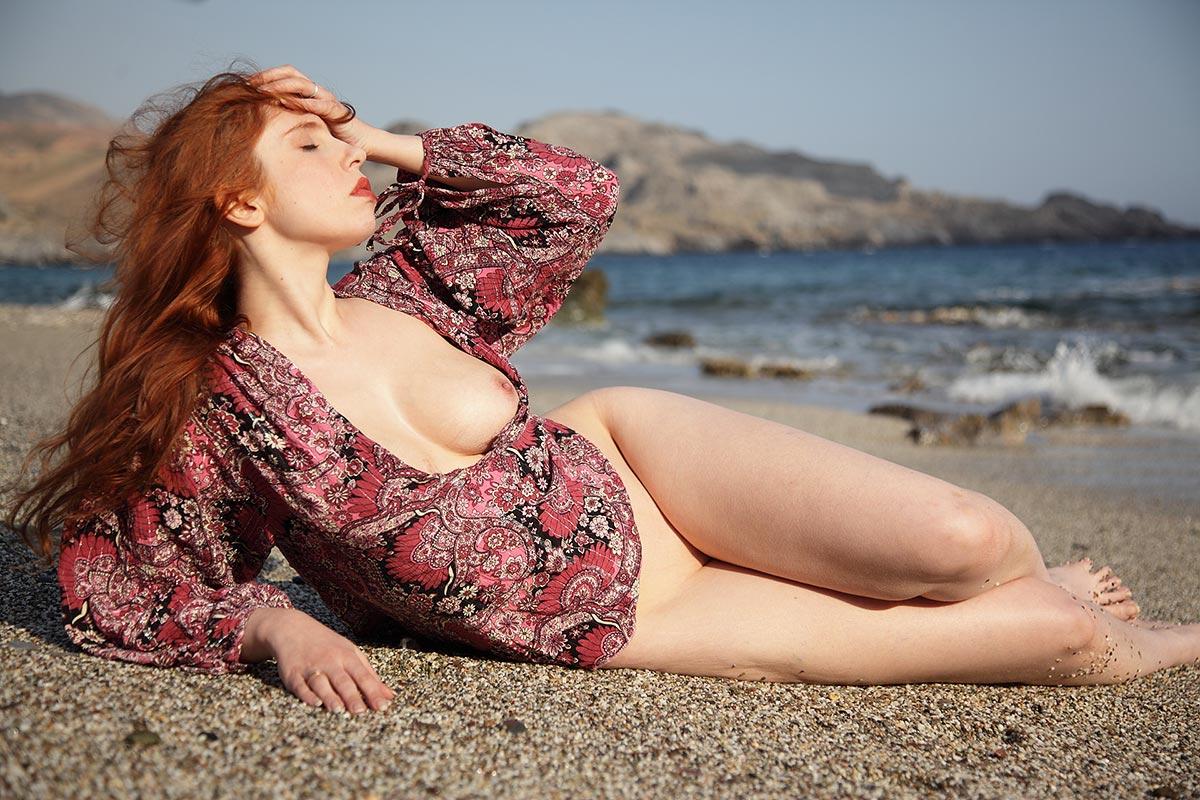 Alixia modèle nue sur la plage