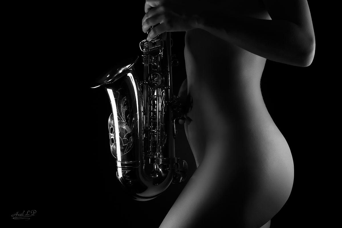 La sensualité et beauté d'une saxophoniste