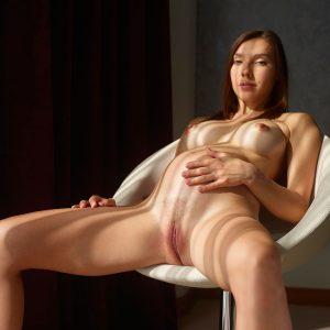 Femme nue enceinte mature photographiér par Hegre Art