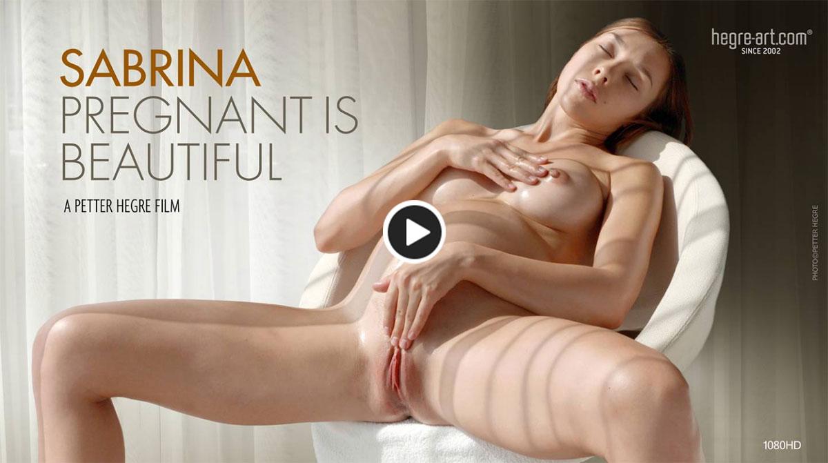sensualité d'une femme enceinte qui pose nue en vidéo
