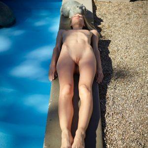Francy nue autour de la piscine