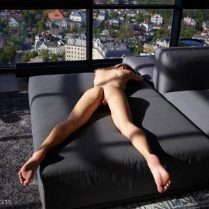 Mira Hegre nu en lumière naturelle