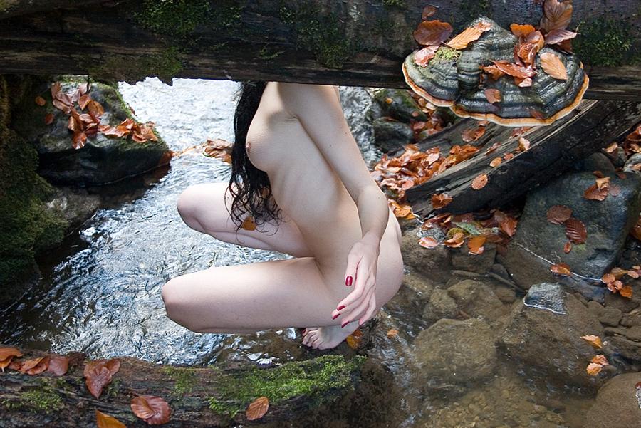 Femme nue au bord de la rivère par Laetitia DEBRUYNE