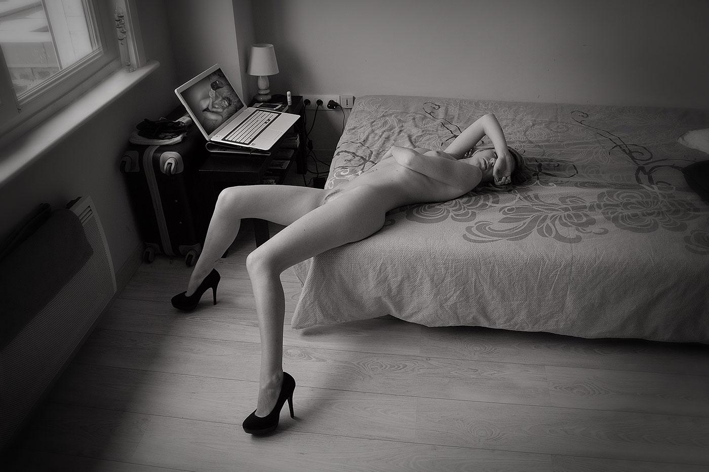 femme nue allongée avec haut talons