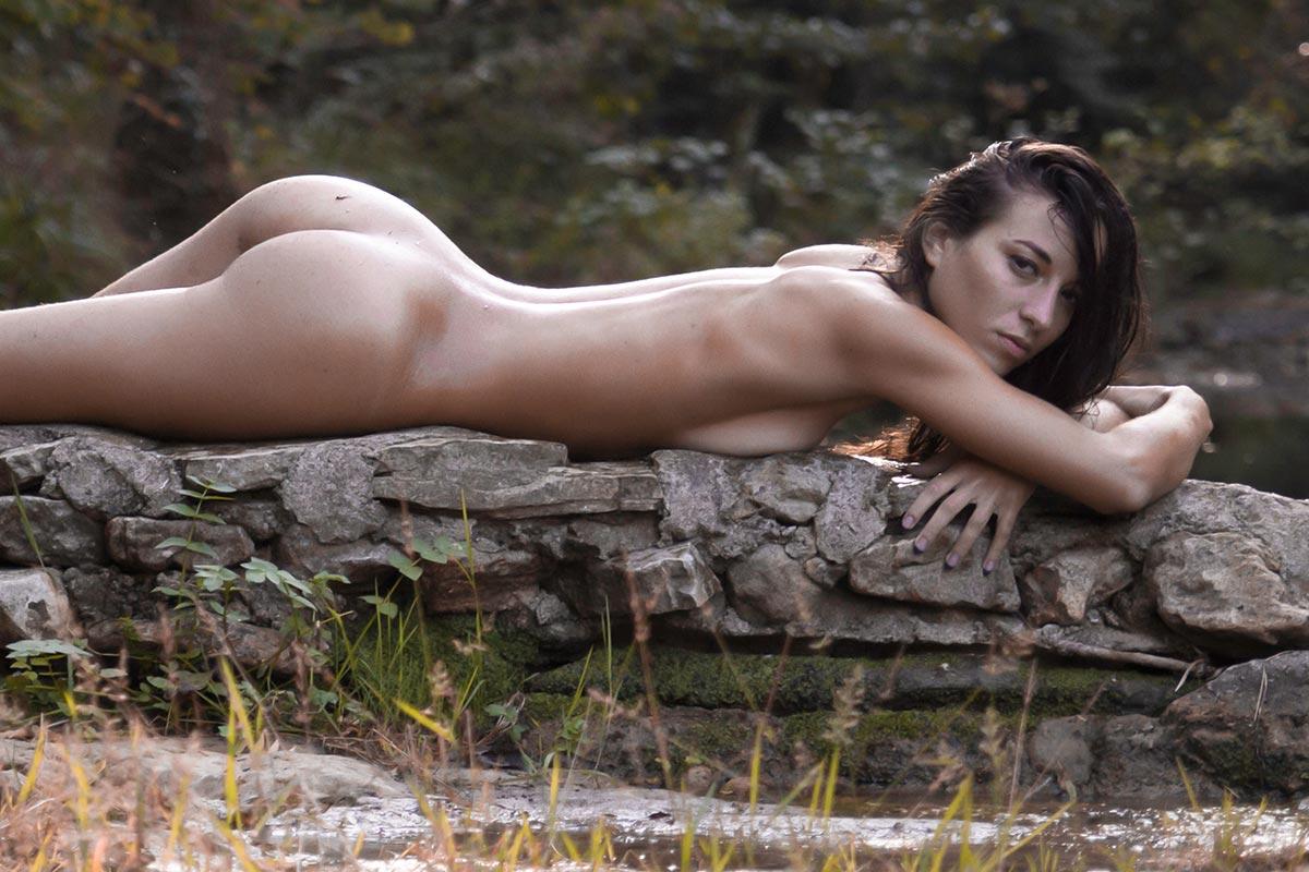 jeune femme nue allongée