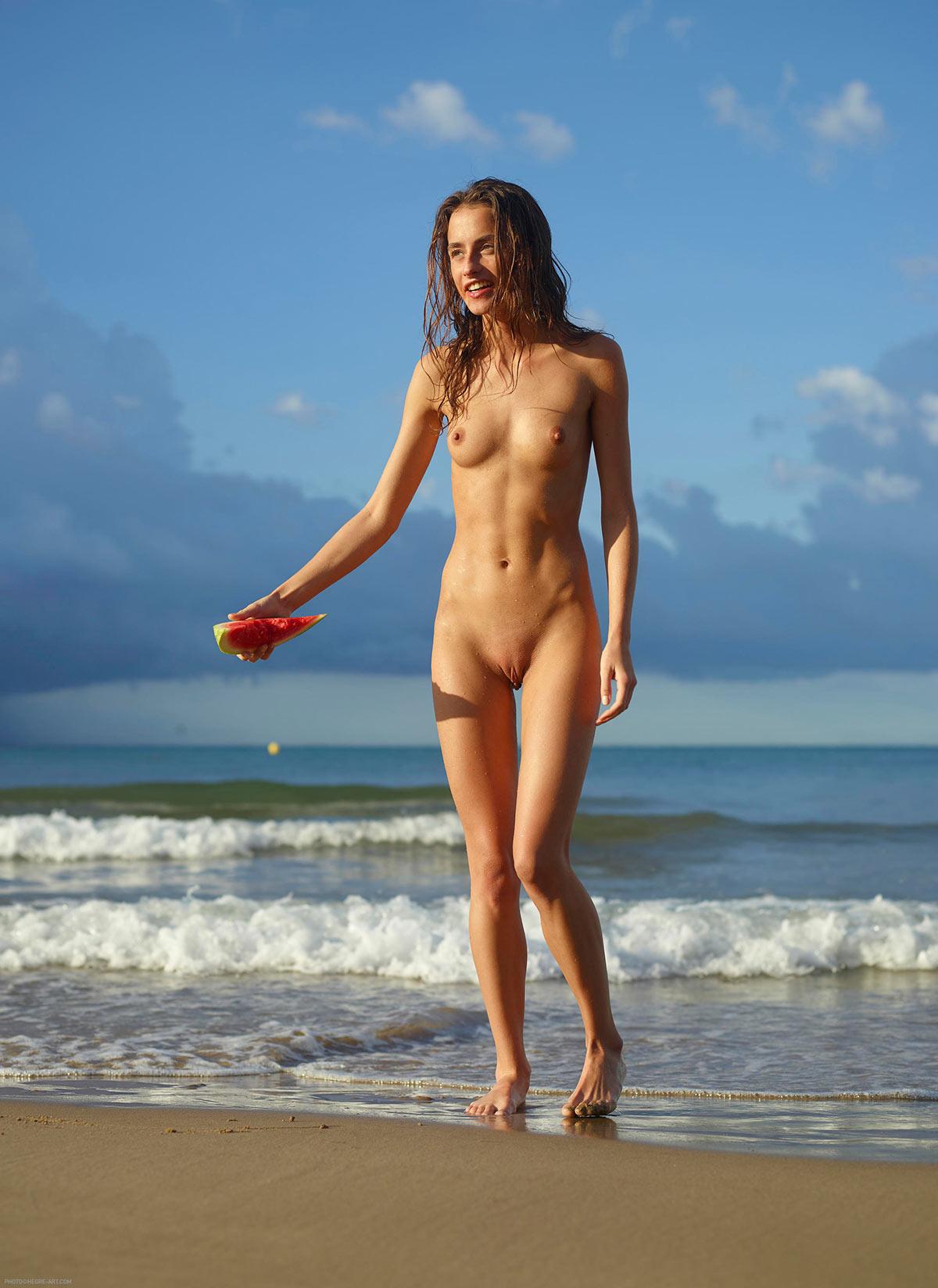 Cleo nue sur la plage - Série Pastèque Hegre Art