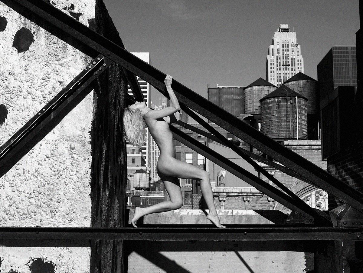 April nue sur les roofs top de Manahattan par Petter Hegre